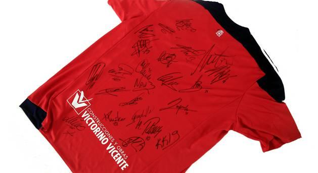 Camiseta firmada por los jugadores de Osasuna.