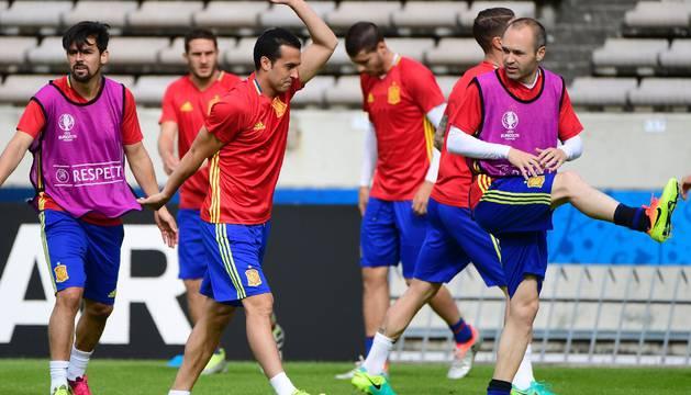 Pedro Rodríguez e Iniesta, en el último entrenamiento.