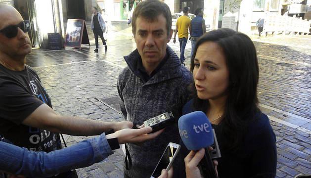 Ione Belarra y Eduardo Santos, este lunes, en la plaza del Ayuntamiento de Pamplona.