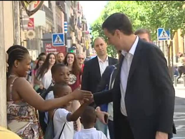 El saludo de Sánchez a un niño negro se hace viral en las redes