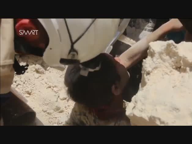 Rescate de un niño afgano de entre los escombros