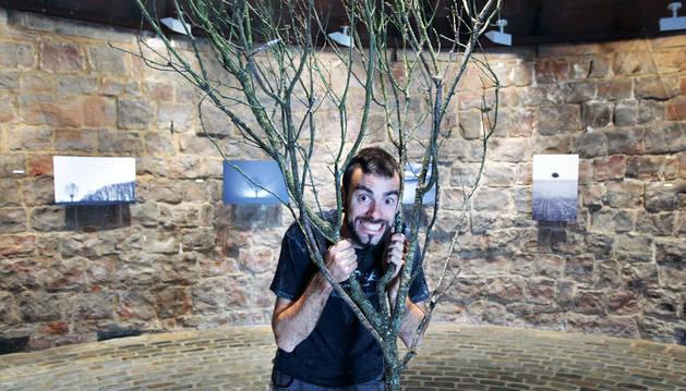 El fotógrafo Iñaki Larrea,  junto a la instalación y las fotografías de la exposición titulada 'Yo, árbol'.