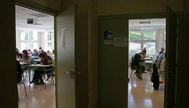 Opositores de euskera realizan las pruebas de la oposición de especialidades de maestro celebradas este domingo en el IES Biurdana.