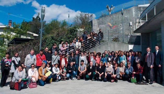 Profesionales de las Ikastolas de Navarra y el País Vasco posan con las autoras del programa KIVA y representantes de la Universidad de Turku (Finlandia), en la sede de las ikastolas en San Sebastián.