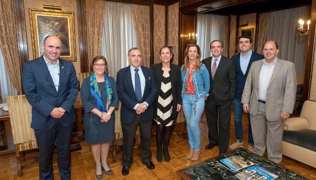 Barkos y Ayerdi con los representantes de Adefan: Marisa Sáinz, Francisco Esparza, María José Beriáin, Jorge Santos, Javier Ventura y Joseba Martikorena.