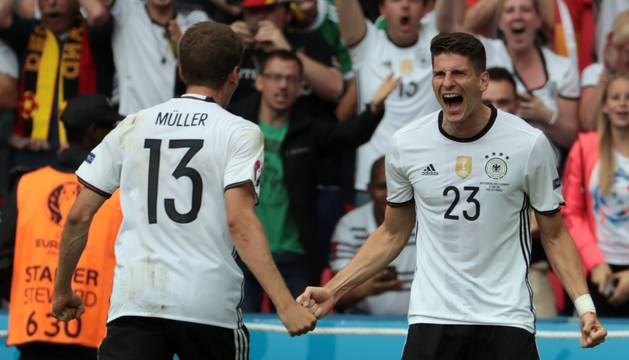 Müller y Gomez celebran el único gol alemán.