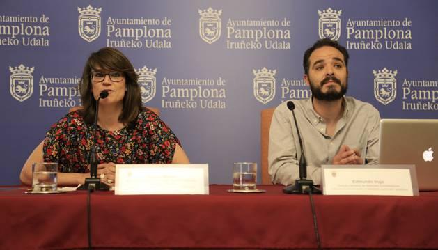 Maider Beloki, acompañada por Edmundo Irujo, en la presentación del programa de San Fermín 2016.