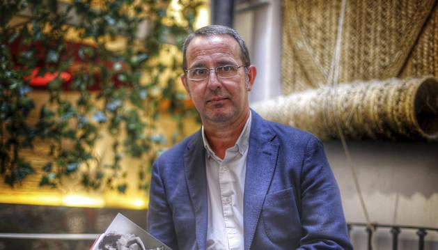 El profesor Alberto Romero Ferrer, Premio Manuel Alvar de Estudios Humanísticos 2016, durante la presentación de su libro 'Lola Flores'.