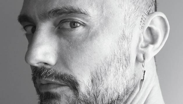 David Delfín posa para Pablo Saéz (su pareja) en el número de julio de Vogue.