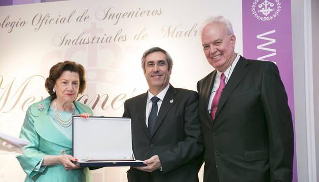 María Teresa Estevan Bolea, decana del Colegio Oficial de Ingenieros Industriales de Madrid (COIIM), Miguel Iriberri y Galo Gutiérrez Monzonís, secretario del COIIM.