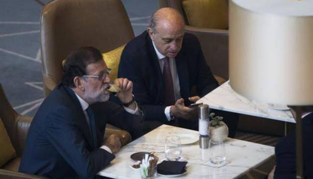 Rajoy, acompañado por Fernandez Díaz ayer en Barcelona.