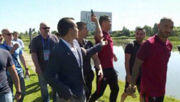 Ronaldo tira a un lago el micrófono de un periodista portugués