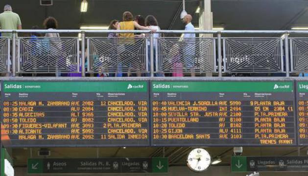 Panel con anulaciones y cancelaciones en la estación de Atocha.