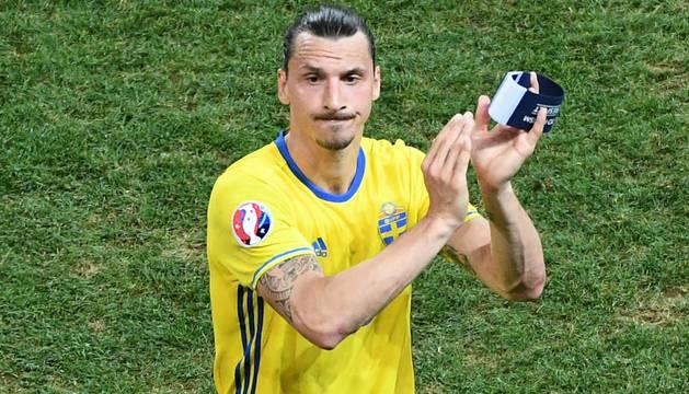 Zlatan Ibrahimovic se despide de la afición en su último partido con Suecia.