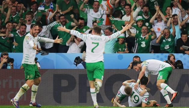 Los jugadores de Irlanda celebran el gol que les da el pase a octavos.