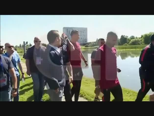 Cristiano Ronaldo quita el micrófono a un periodista y lo tira al agua