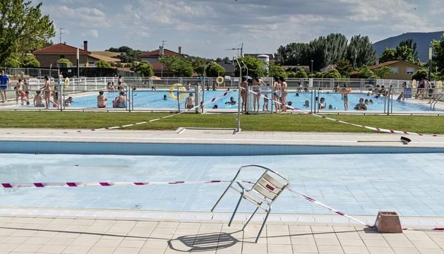 Analizan en Villatuerta las causas de erosiones en la piel en la piscina infantil