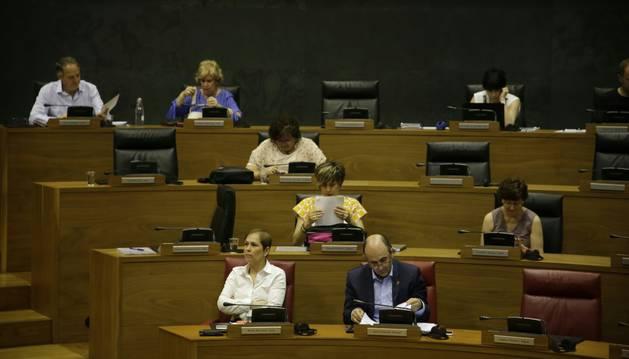 Barkos y Ayerdi, este jueves en el Parlamento de Navarra.