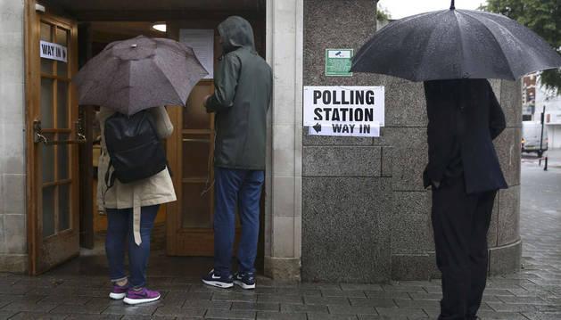 Abren los colegios en Reino Unido para votar sobre la permanencia en la UE