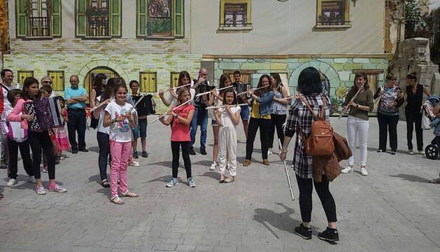 Alumnos de la escuela de música de Aoiz, en una reciente audición por las calles.