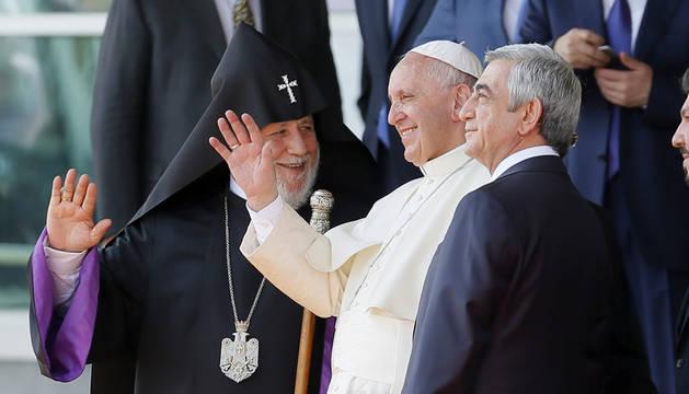 El papa Francisco (c), saluda junto al presidente de Armenia Serzh Sargsyan (dcha) y al catholicos (máxima autoridad de la Iglesia Armenia), Karekin II.