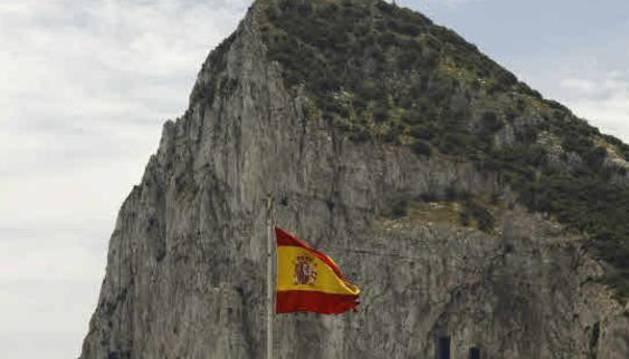 La bandera de España ondea a los pies del Peñón de Gibraltar.