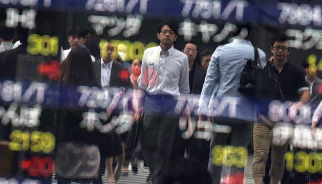 Las bolsas asiáticas se desploman por la ventaja del 'Brexit' en los escrutinios