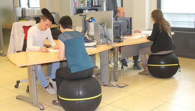 Dos trabajadoras durante un momento de su jornada laboral con las 'sillas activas'.