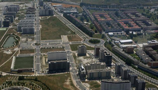 A la izquierda, la urbanización de Erripagaña separada de Mendillorri (derecha) como se ve en la imagen por un gran vial.