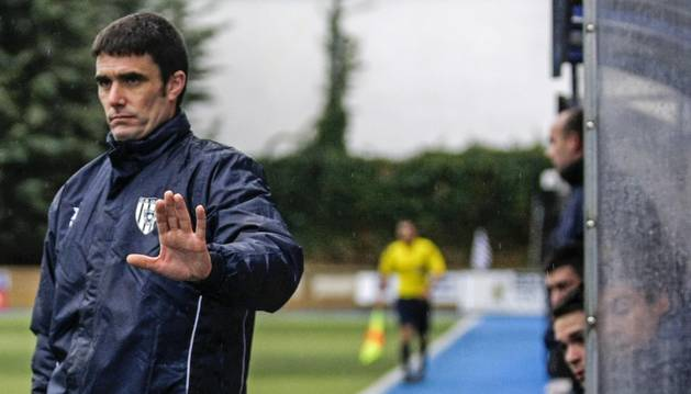 Sergio Amatriain Munárriz, nuevo entrenador del CD Tudelano, dirige un partido del Izarra de la recién acabada temporada en el estadio de Merkatondoa.