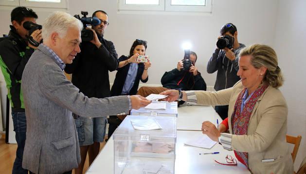 El candidato del PSN al Congreso, Jesús Mari Fernández, votando este domingo.
