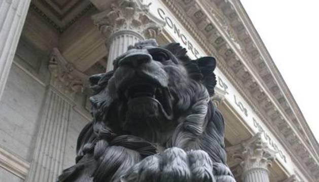 Vista de uno de los leones del Congreso de los Diputados.