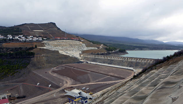 Vista general de las obras del recrecimiento de la presa, a principios de año. Al fondo, la ladera afectada.