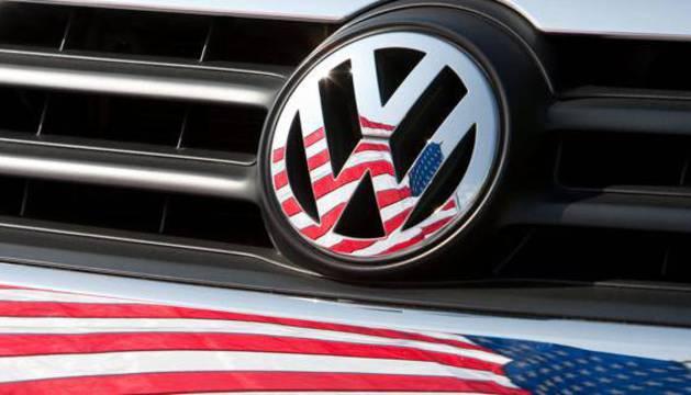 La bandera estadounidense, reflejada en una chapa de un Volkswagen.