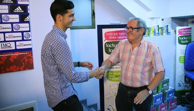 El presidente de Osasuna, Luis Sabalza, estrecha la mano de Mikel Merino en la despedida del jugador el martes pasado.