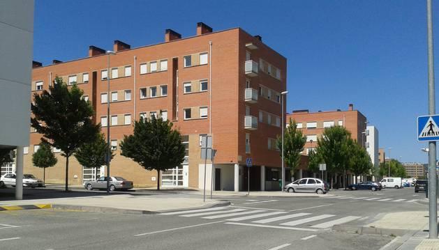 El edificio que alberga la quincena de portales del 60 al 74 de la calle Santa Lucia de Buztintxuri en Pamplona sufre desde 2005 destrozos, ocupaciones ilegales y morosidad.