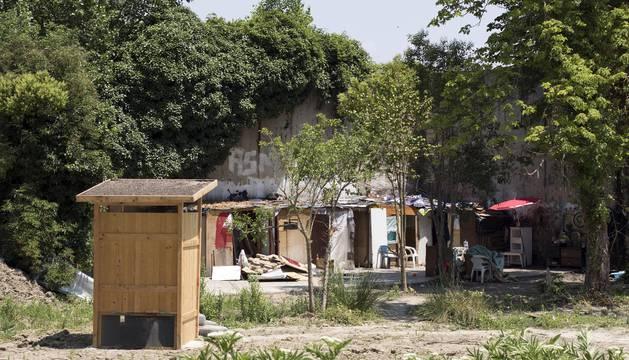 Los cuatro miembros de una familia romaní que desde hace un año vivían en el asentamiento de la trasera del Club de Tenis han desalojado este viernes el lugar.