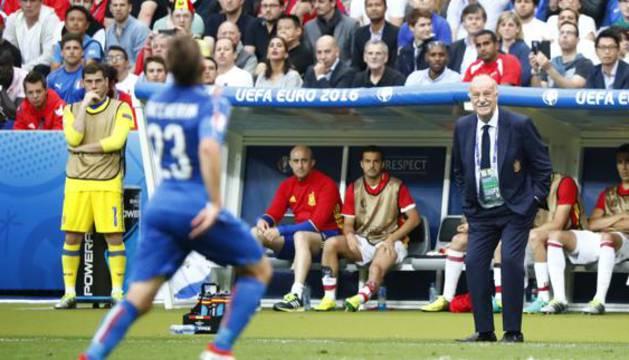 Del Bosque, durante el partido contra Italia con Casillas al lado del banquillo.