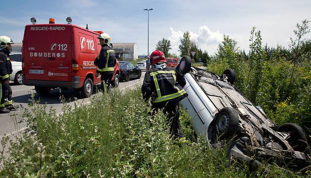 Bomberos atienden un accidente reciente en Pamplona.