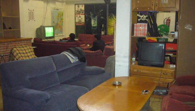 Un par de jóvenes jugando a la consola en una bajera. DDN Un par de jóvenes jugando a la consola en una bajera.
