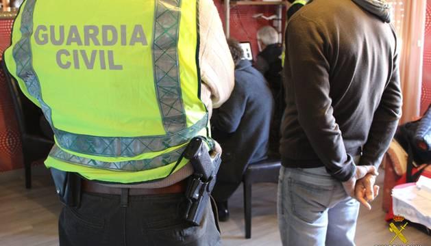 La Guardia Civil durante uno de los registros.