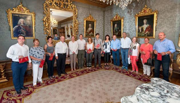 Miembros del Hogar navarro de Mendoza con la presidenta Barkos en su visita al Palacio de Navarra.