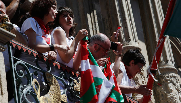 Bildu y Aranzadi llevaron la ikurriña a la fachada municipal