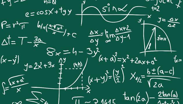 Pizarra con operaciones matemáticas.