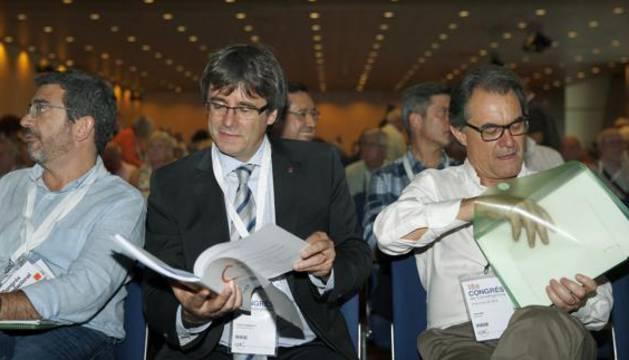 Carles Puigdemont (c) y el expresidente Artur Mas (d), momentos antes del inicio del XVIII Congreso de CDC.