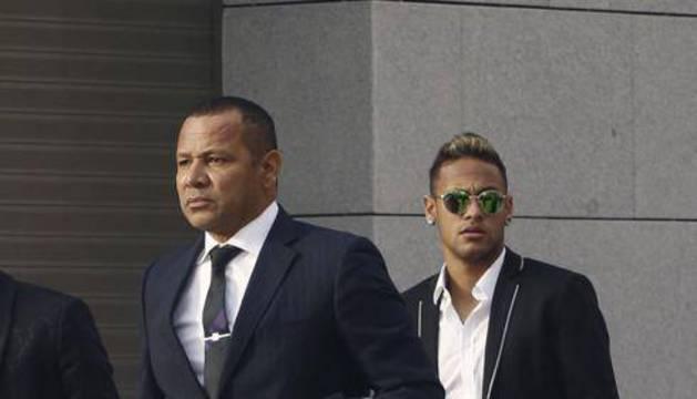 Neymar y su padre, a la salida de la Audiencia Nacional.