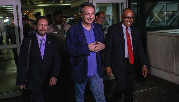 Zapatero aterriza en Caracas para mediar en la crisis