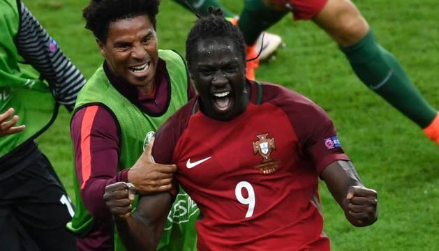 Eder celebra el gol que ha dado el título a Portugal.