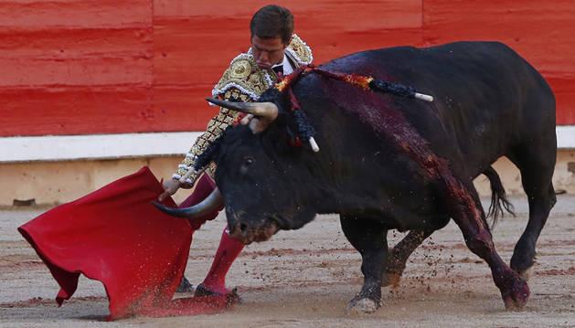 'Desgarbado', el toro de la feria, le abre a El Juli la puerta del encierro