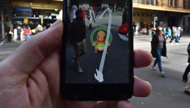 Un usuario prueba 'Pokémon GO' en Melbourne.